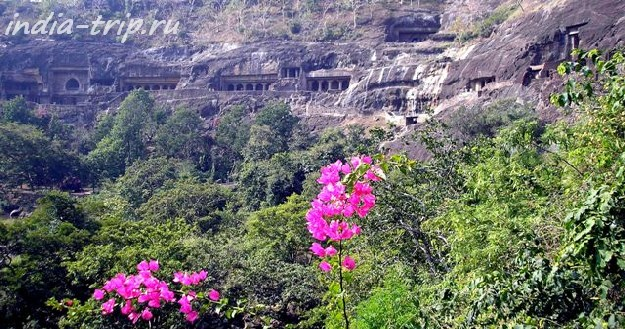 Аджанта, общий вид пещерных храмов