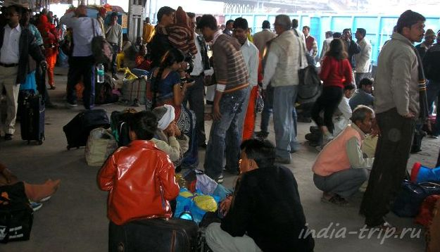 Долгое ожидание поезда в Индии