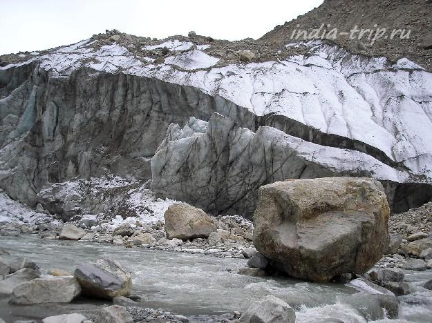 От ледника откалываются глыбы льда