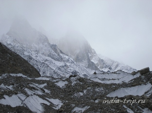 Ледник Ганготри засыпан камнями