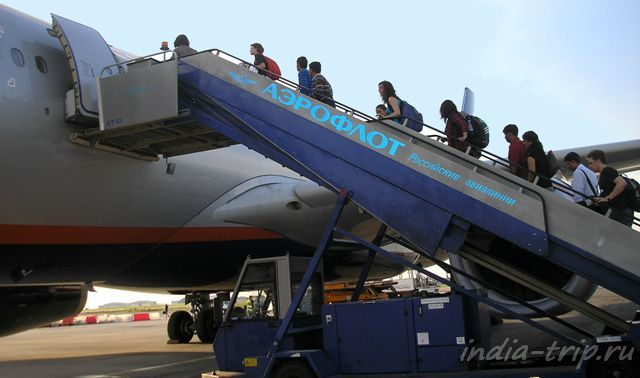 Начало путешествия в Индию - подъем по трапу самолета