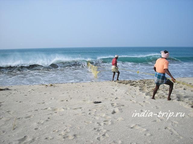 Два рыбака тянут сети из океана