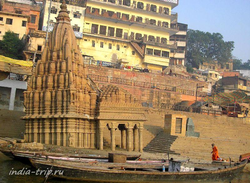 Старый покосившийся храм на Ганге
