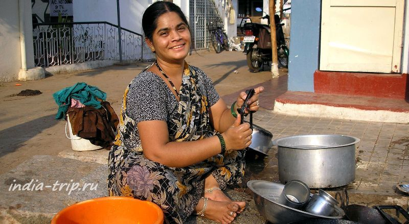 Хампи. Женщина, моющая на улице посуду