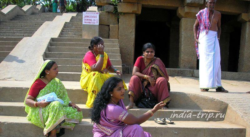 Индианки, сидящие на ступенях