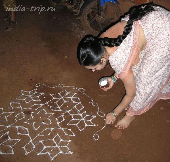 Индия, Гокарна. Девушка, рисующая узоры счастья