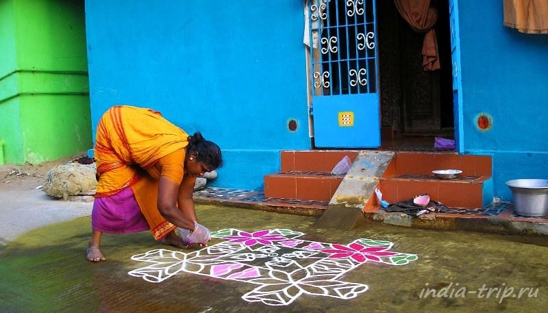 Индия, рисование ранголи перед входом