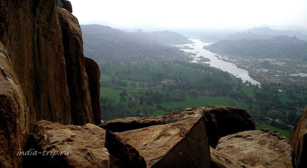 Вдали - река Тунгабхадра