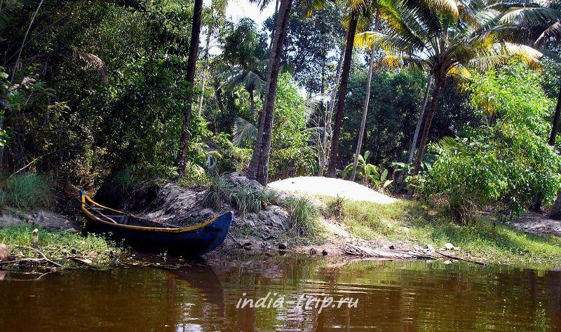 Синяя лодка на берегу канала