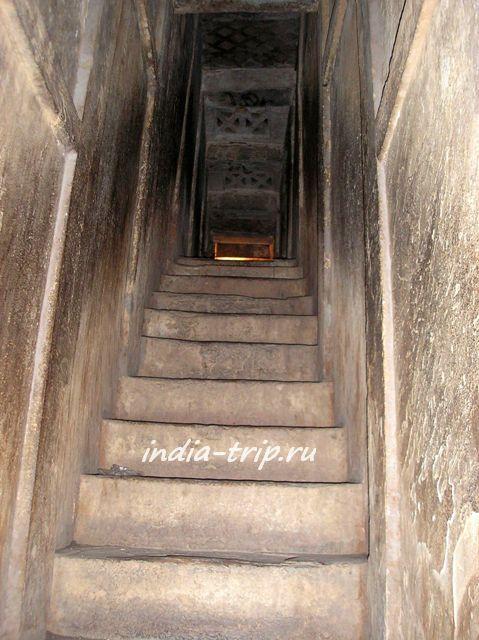 Потайная лестница внутри стены