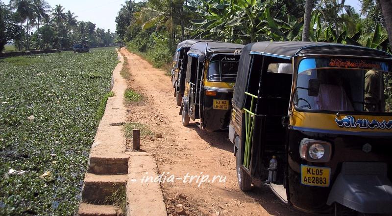 Рикши на берегу канала