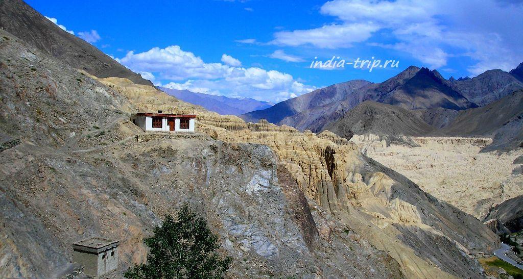 Одинокий домик в Гималаях в Ладакхе