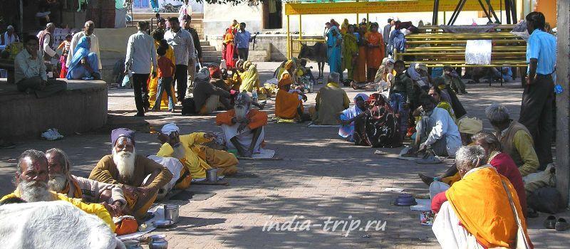 Паломники и садху перед храмом Рам Раджа