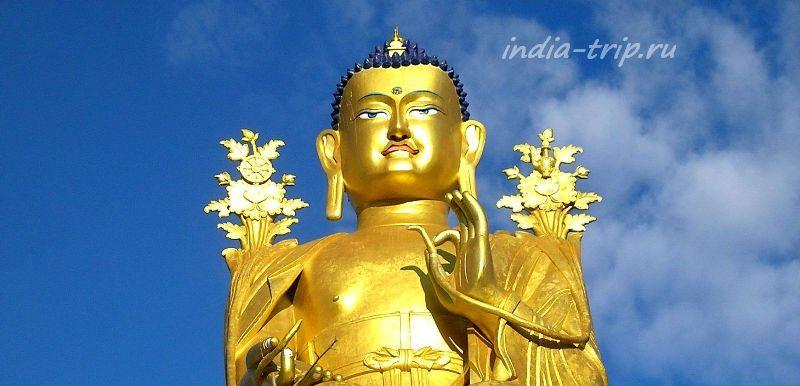 Золотой Будда с длинными мочками ушей