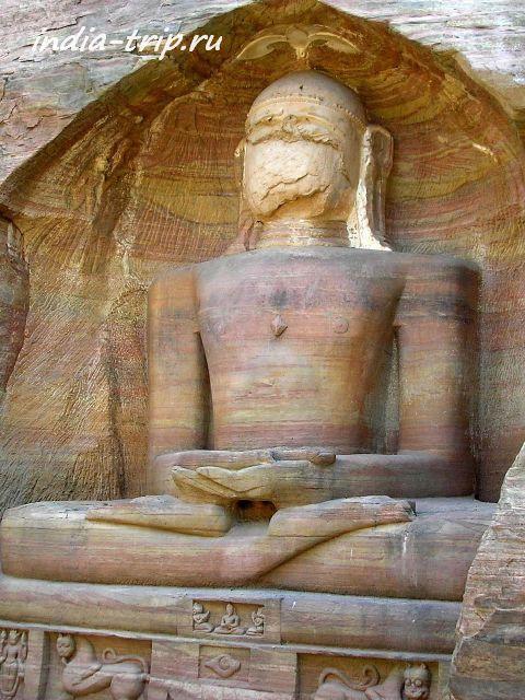 У тиртханкара длинные мочки ушей, как у Будды
