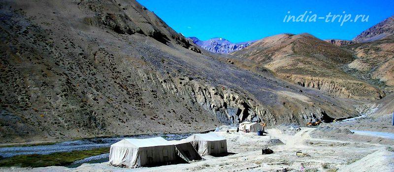 Палатки на берегу реки