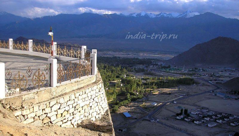 Вид на горы со стороны ступы Шанти