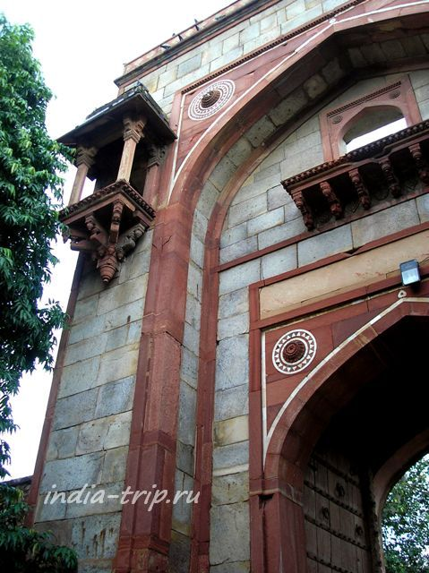 Архитектура - ворота и балкончик