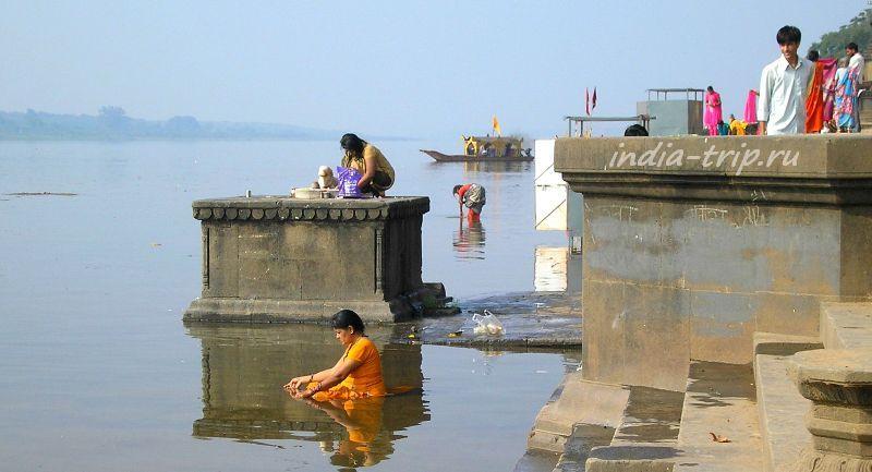 Девушка, медитирующая сидя в воде