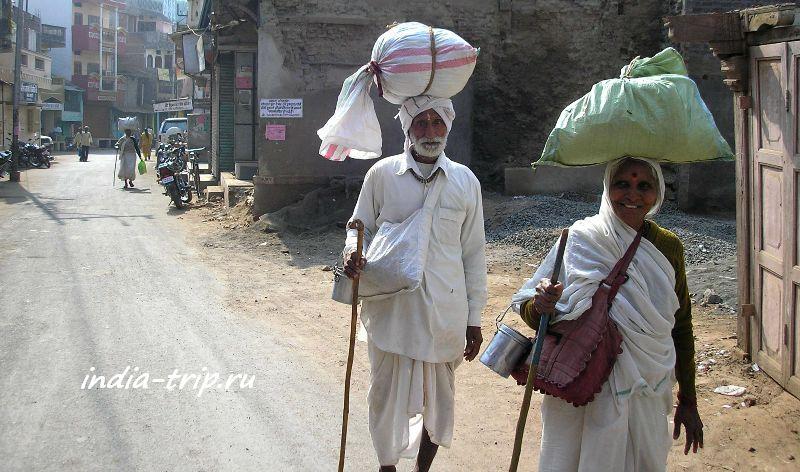 Пара паломников на улице Махешвара