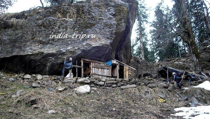 Маленький домик под скалой