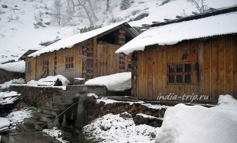 Два деревянных домика в снегу