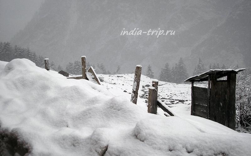 Заснеженные склоны Гималаев и будка туалета