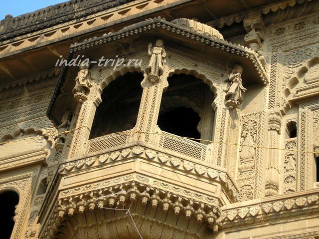 Каменный балкон дворца