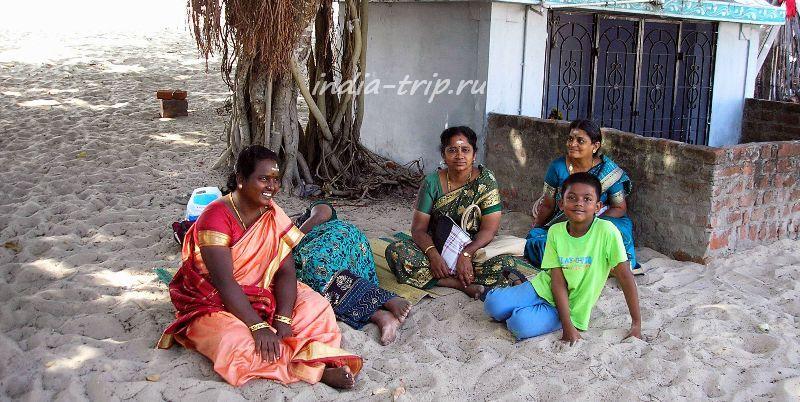 Индианки на песке возле храма Намбунайяги Амман Кали