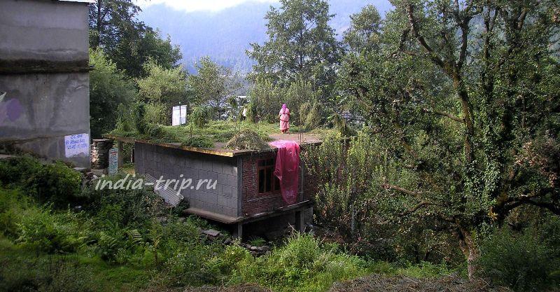 На крыше дома сушится сено