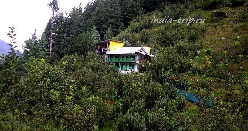 Два дома на склоне горы