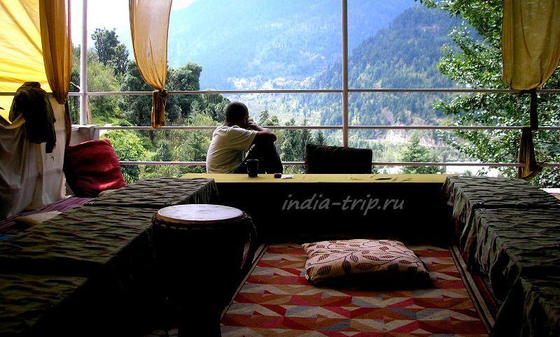 Веранда дома. Вид на Гималаи