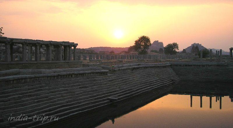 Закат на древних руинах