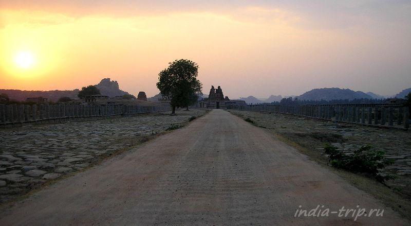 Пустынная дорога в Хампи. Закат