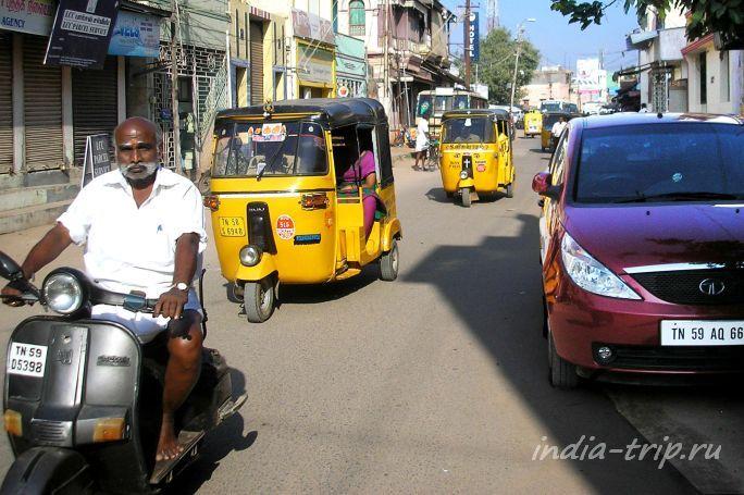 Мото-рикши на улице Индии