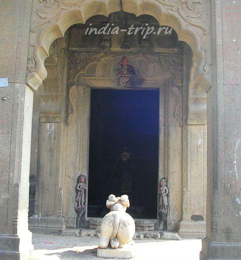 Бык Нанди перед храмом