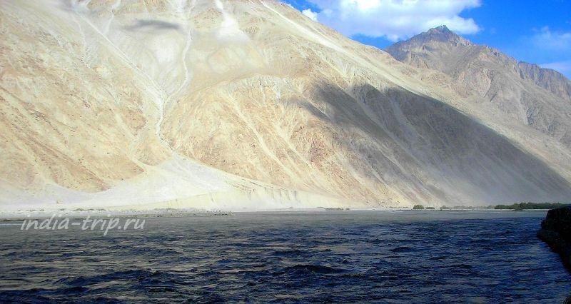 Река и золотая гора