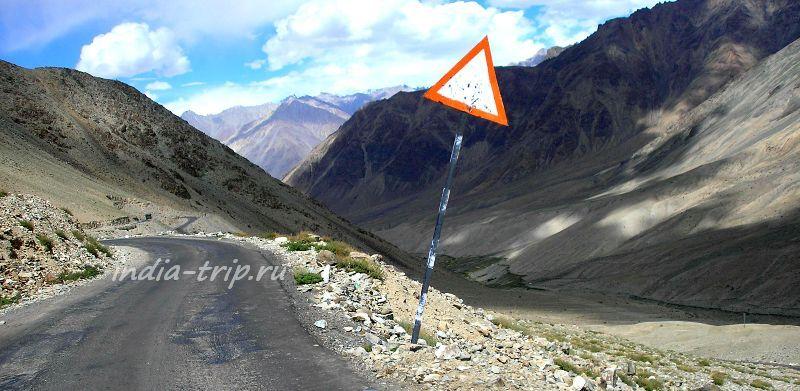 Дорога на склоне горы
