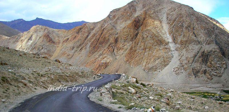 Дорога и желтая гора
