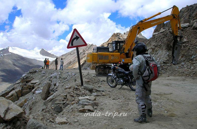 Перед перевалом работает экскаватор