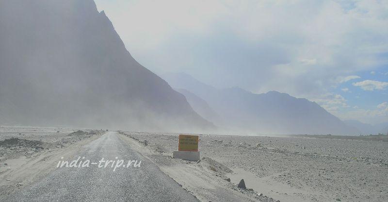 Дорога сквозь песчаную пыль
