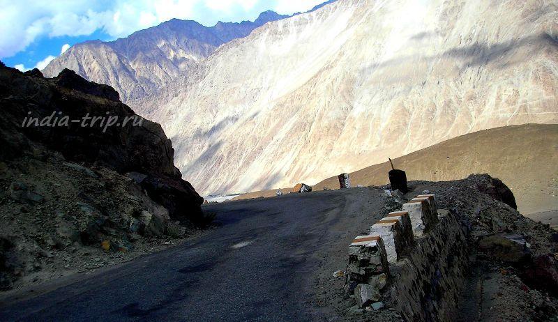 Поворот дороги и золотая гора