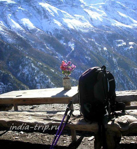 Мой рюкзак на фоне Гималаев
