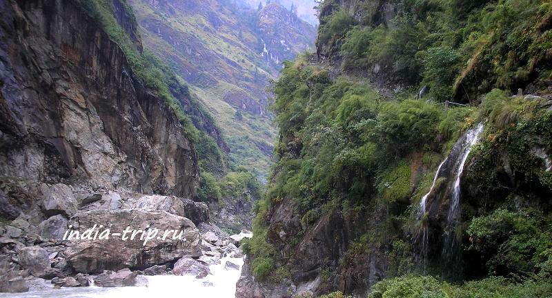 Ущелье и река