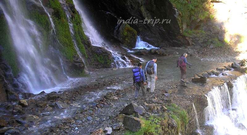 Непал. Переход через водопад