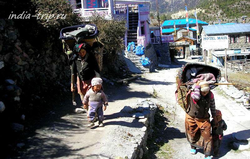 Женщины с детьми на улице
