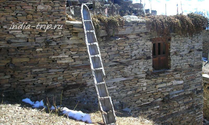 Гьяру, лестница