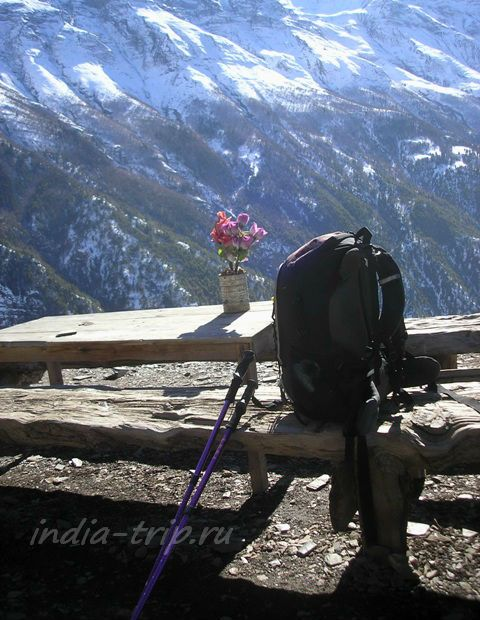Рюкзак и палки на фоне гор