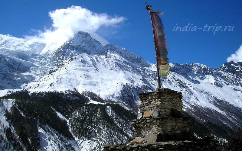 Тибетские флаги и горы
