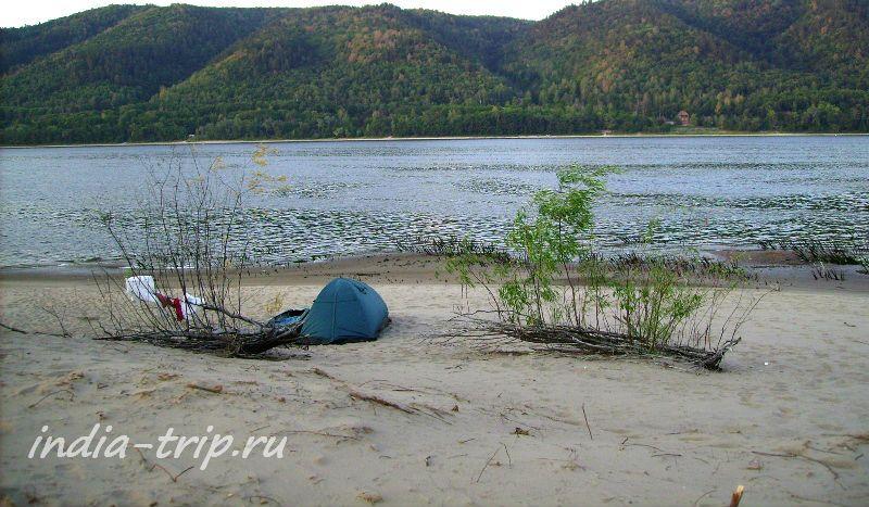 Палатка на берегу Волги